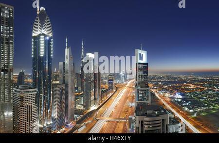 Panorama, Skyline, soir humeur au Golfe persique, trafic, Metropolis, Sheik Zayed Road, le centre-ville de Dubai, Banque D'Images