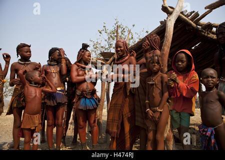 L'Afrique, la Namibie, la région Kunene, Kaokoveld, femmes et enfants Himba,