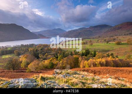 Vue d'automne dans l'Ullswater Lake District National Park, Cumbria, Angleterre. L'automne (novembre) 2014. Banque D'Images