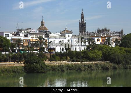 Espagne, Andalousie, Séville, vue sur Rio Guadalquivir sur le Paseo de Cristobal Colon avec la vieille ville, Banque D'Images