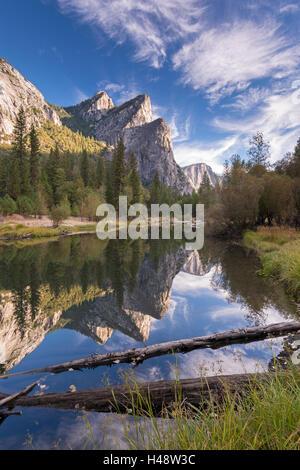 Les trois frères ont réfléchi à la Merced River dans la vallée de Yosemite, Yosemite National Park, California, USA. L'automne (octobre) 2