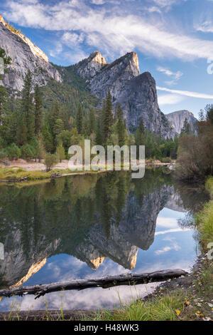 Les trois frères ont réfléchi dans la rivière Merced, Yosemite National Park, California, USA. L'automne (octobre) 2014.