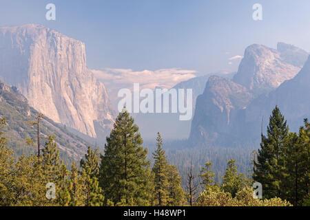 La Vallée Yosemite s'étouffa avec la fumée de l'incendie de Dog Rock, Yosemite National Park, California, USA. L'automne (octobre) 2014.