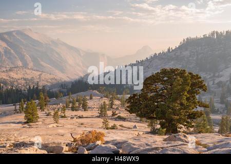 Demi-Dôme et nuages reste, depuis l'Olmsted Point, Yosemite National Park, California, USA. L'automne (octobre) Banque D'Images