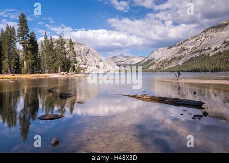 Photographe au Lac Tenaya dans Yosemite National Park, California, USA. L'automne (octobre) 2014. Banque D'Images