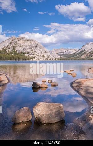 Dômes granitiques de Yosémite reflète dans les eaux calmes du Lac Tenaya, Yosemite National Park, California, USA. Banque D'Images
