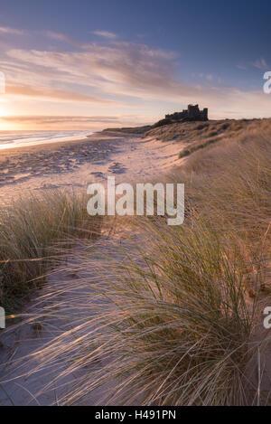Lever du soleil sur le château de Bamburgh, Northumberland, Angleterre. Printemps (mars) 2014. Banque D'Images