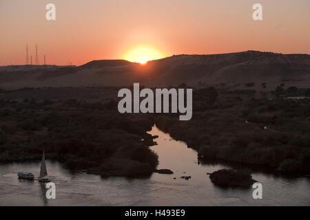 L'Égypte, Assouan, le coucher du soleil au-dessus de la vallée du Nil, Banque D'Images
