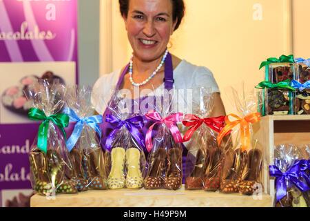 Kensington Olympia, Londres, 13 octobre 2016. Chaussures dames en chocolat sont une tendance à la foire de cette année, comme affiché ici du Madame Oiseau stand. Le salon du chocolat, la grande finale de la semaine Chocolat, ouvre au London's Olympia avec une soirée de gala VIP et chocolat fashion show, avant d'accueillir les visiteurs du 14ème-16ème octobre. © Imageplotter News et Sports/Alamy Live News Crédit: Imageplotter News et Sports/Alamy Live News
