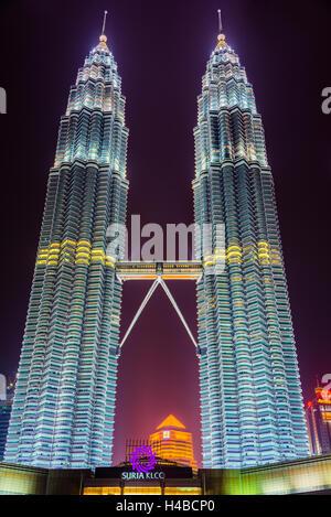 Tours Petronas allumé la nuit, Kuala Lumpur, Malaisie Banque D'Images