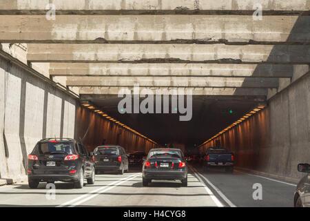 La Fontaine - Tunnel de voitures sur l'autoroute 25 qui passe sous le fleuve Saint-Laurent, Cap vers l'Est, Montréal, Québec, Canada Banque D'Images