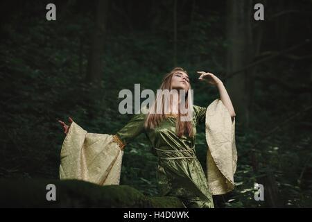 La danse de la reine elfe des bois magique. Fairytale et fantaisie Banque D'Images