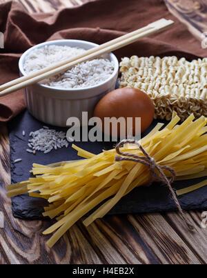 Nouilles aux oeufs chinoises à sec et ramen. Selective focus Banque D'Images