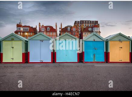 Rangée de cabines colorées sur la promenade de Hove, Sussex, avec un ciel gris orageux derrière Banque D'Images