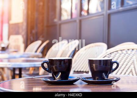 Deux tasses de café sur la terrasse du restaurant avec la lumière du soleil de l'après-midi Banque D'Images