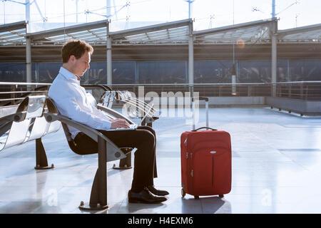 Working on laptop in airport lors de l'attente pour le vol Banque D'Images