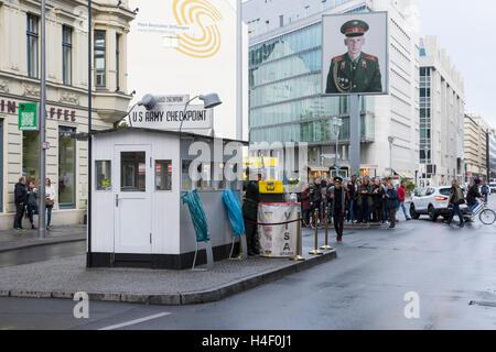 Le site Checkpoint Charlie dans le centre de Berlin Banque D'Images