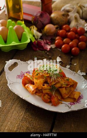 L'arrabiata pâtes au piment et l'ail, bio - bio microgreens en bonne santé au top Banque D'Images
