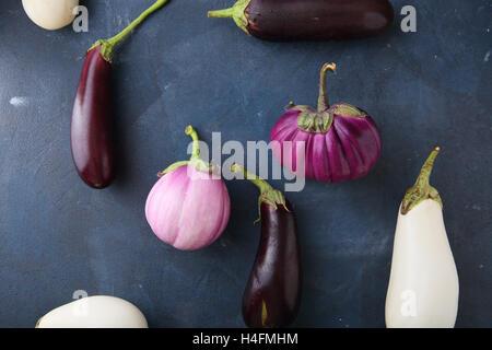 Variété d'aubergines fraîches sur ardoise, de l'alimentation contexte Banque D'Images