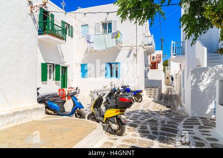 La ville de Mykonos, Grèce - 16 MAI 2016: scooters en stationnement sur rue dans la ville de Mykonos, sur l'île Banque D'Images