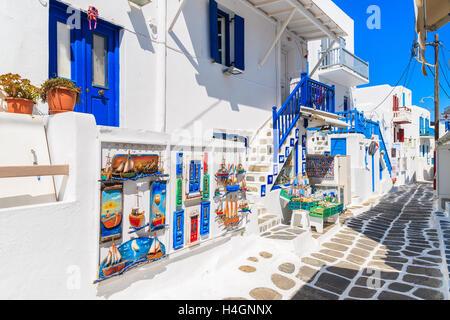 La ville de Mykonos, Grèce - 16 MAI 2016: shop avec typique pour les îles grecques de souvenirs sur la rue blanchis Banque D'Images