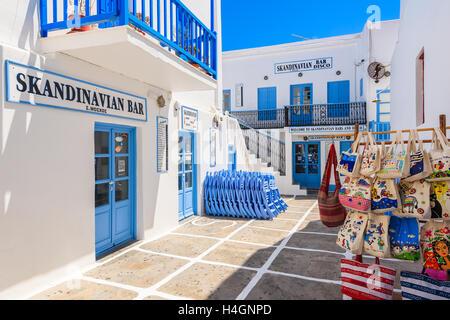 La ville de Mykonos, Grèce - 16 MAI 2016: grec typique avec bar et un magasin de souvenirs touristiques sur street Banque D'Images