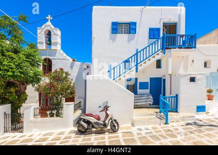 La ville de Mykonos, Grèce - 16 MAI 2016: Scooter stationné sur une rue en face d'une maison grecque blanche typique Banque D'Images