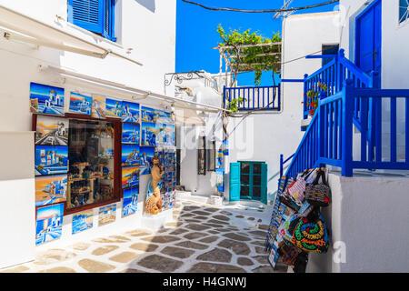 La ville de Mykonos, Grèce - 16 MAI 2016: shop avec typique pour les îles grecques, peintures et souvenirs sur Banque D'Images