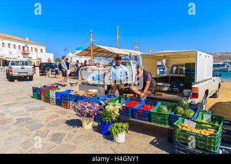 La ville de Mykonos, Grèce - 16 MAI 2016: les hommes grecs locaux vendant des légumes et fruits dans le port de Banque D'Images