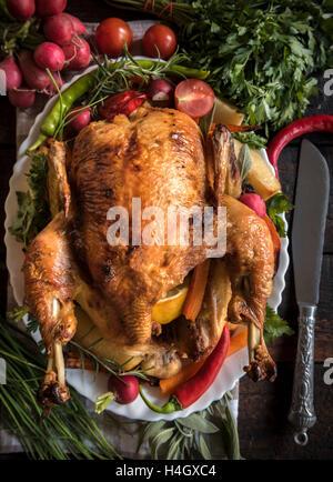Rôti entier de la Turquie et des légumes sur la table, selective focus Banque D'Images