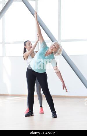 Bon à slim woman bending à gauche Banque D'Images