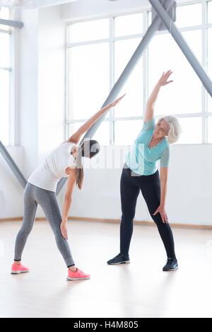 Bon à la recherche de femmes actives ayant un cours de conditionnement physique Banque D'Images