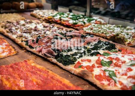 Différentes variétés de pizza servi dans une boulangerie du quartier de Trastevere, Rome, Latium, Italie Banque D'Images