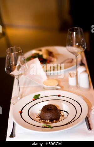 Il s'agit d'un dîner romantique pour deux. Un soufflé magnifiquement servi sur une table dans le restaurant chic Banque D'Images