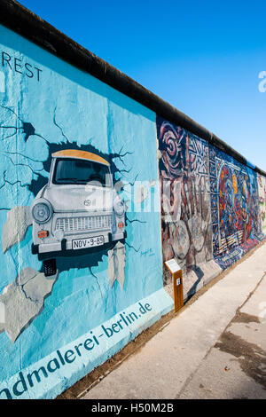 Peinture de voiture Trabant briser wall at East Side Gallery du mur de Berlin à Kreuzberg Friedrichshain à Berlin Banque D'Images