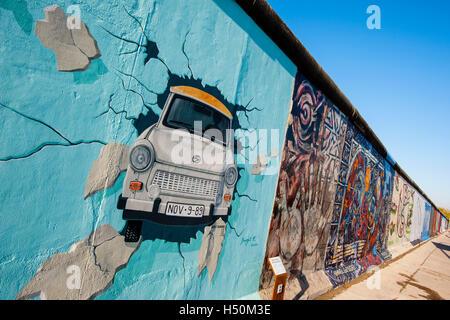 Peinture de voiture Trabant briser wall at East Side Gallery à l'ancien mur de Berlin Friedrichshain Kreuzberg à Banque D'Images