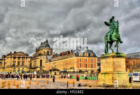 Statue de Louis XIV devant le Palais de Versailles près de Pa Banque D'Images