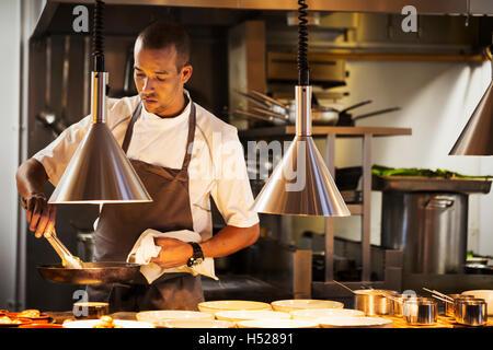 Cuisine Cuisine dans un restaurant, le placage de la nourriture. Banque D'Images