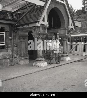 Années 1950, historique, un jeune couple adultes habillés en vêtements de tous les jours normalement quitter une Banque D'Images