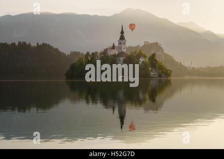 Montgolfière sur le lac de Bled avec île et château en Slovénie Banque D'Images