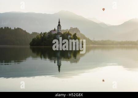 Montgolfière sur le lac de Bled en Slovénie Banque D'Images