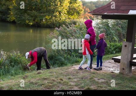 Famille de quatre personnes sur le lac la pêche. Pris le brochet. . Papa poisson, les petites filles sont heureux. Banque D'Images