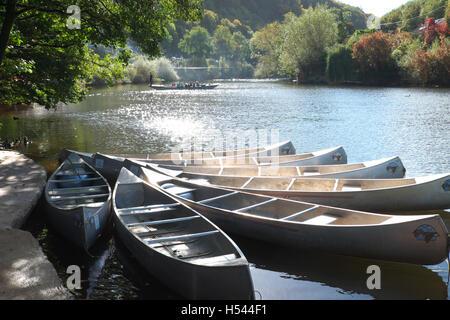 Symonds Yat Herefordshire la rivière Wye avec des canoës et traversée en ferry pour piétons
