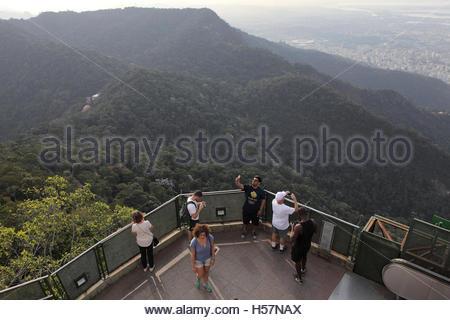 Les touristes sur une plate-forme d'observation sur le site de la statue du Christ Rédempteur, Rio de Janeiro, Brésil