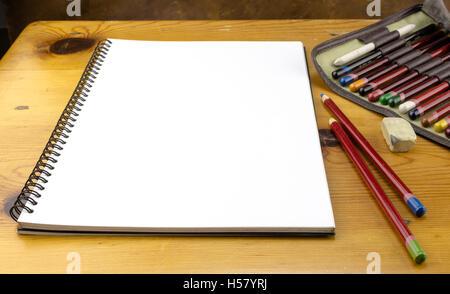 Art vierge feuille et crayons de couleur sur la table en bois Banque D'Images