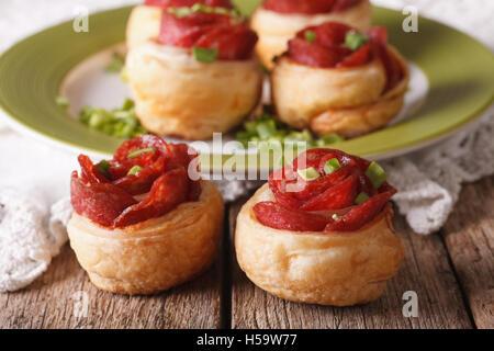 Mini pizza au salami et fromage sur la table. L'horizontale Banque D'Images