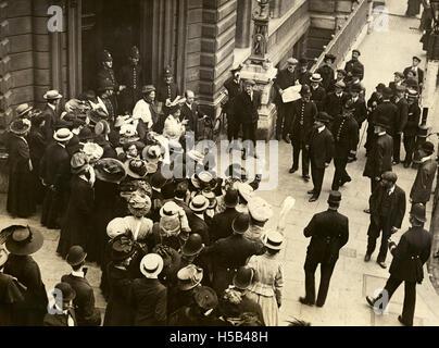 Emmeline Pankhurst et Emmeline Pethick Lawrence, c.1908-1912 cour laissant.