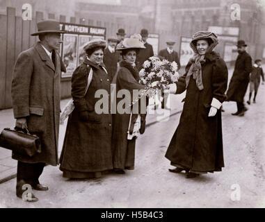 Emmeline Pethick Lawrence, Jennie Baines, Flore Drummond et Frederick Pethick Lawrence, c. 1906-1910.