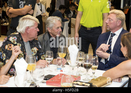 John Daly, Michael Douglas et Boris Becker assister au Gala Dîner d'ouverture au cours de la 4ème Mission Hills World Celebrity Pro-Am à Mission Hills Complex le 20 octobre 2016 à Haikou, Hainan Province de Chine. | Verwendung weltweit/photo alliance