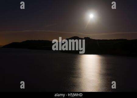 Hunter's Moon Over sea à Sand Point. Pleine lune reflétée dans l'eau du canal de Bristol à marée haute, dans le Banque D'Images